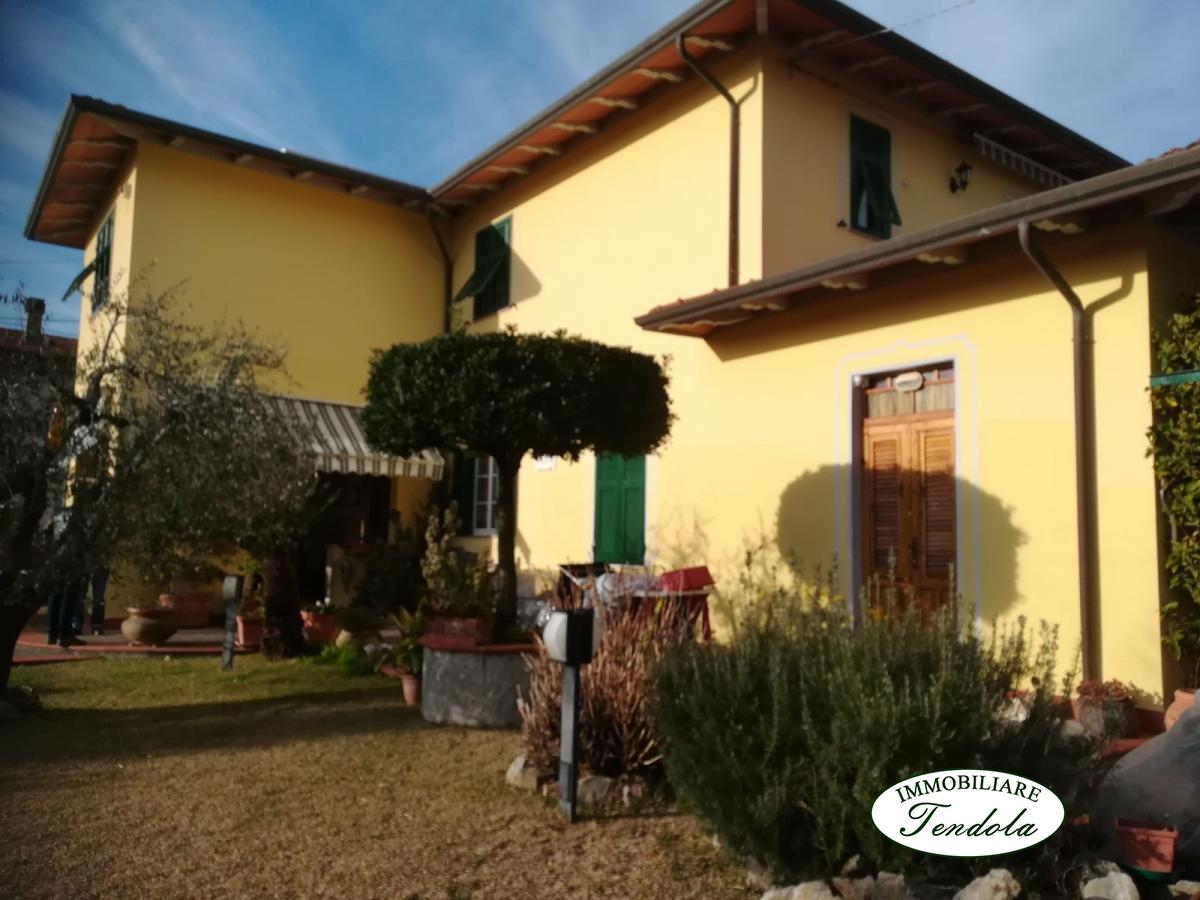 Soluzione Indipendente in vendita a Ortonovo, 9 locali, prezzo € 650.000 | CambioCasa.it